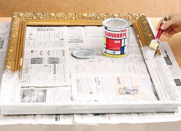 Očistený starý rám zobrazu natrite neriedenou bielou farbou.