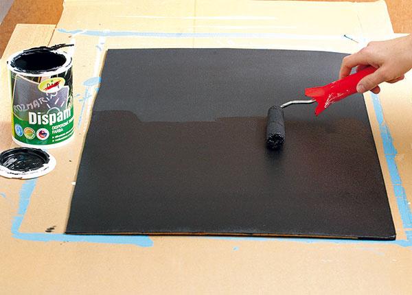 Keď všetky vrstvy magnetickej farby uschnú, naneste na sololit ešte tri vrstvy tabuľovej farby, aby bola tabuľa aj dobre umývateľná.