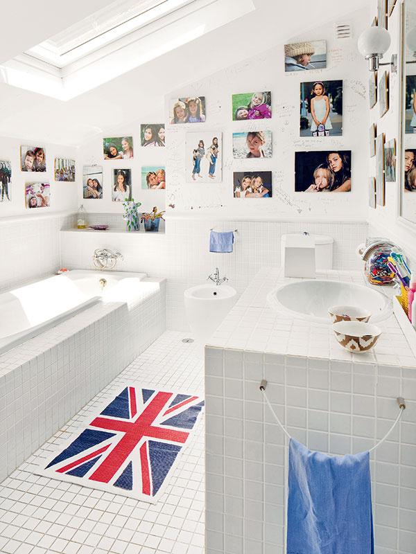 Nápadito svieža. Kúpeľňu, ktorej základ je absolútne neutrálny – všetko je tu jednoducho biele –, si dievčatá originálne oživili desiatkami rodinných fotografií. Zneutrálnej sa tak stala osobná amladistvá.