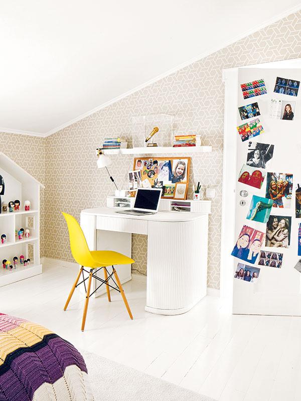 Prirodzené oživenie. Obe izby sú zariadené bielymi stolmi apoličkami, obyčajná prítomnosť detských vecí však dáva priestoru prirodzenú iskru.