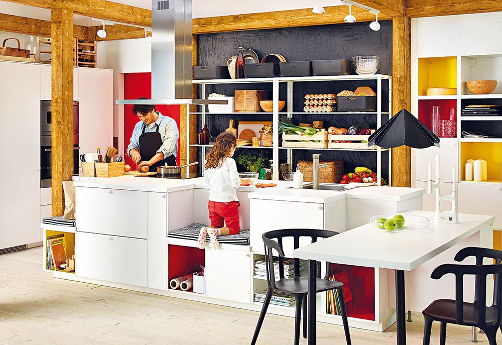 Na mieru celej rodine. Aj zprvkov modelovej kuchyne môžete vytvoriť naozaj originálny kuchynský strov. Môže mať netradičný tvar, praktické miesto na sedenie, ktoré pri práci ocenia nielen deti, aotvorené police, do ktorých sa pohodlne vojdú obľúbené kuchárske knihy iiné kuchynské nevyhnutnosti. Tie možno zvnútra natrieť či oblepiť adizajn pomerne jednoducho zmeniť vždy, keď vás ten pôvodný začne nudiť.