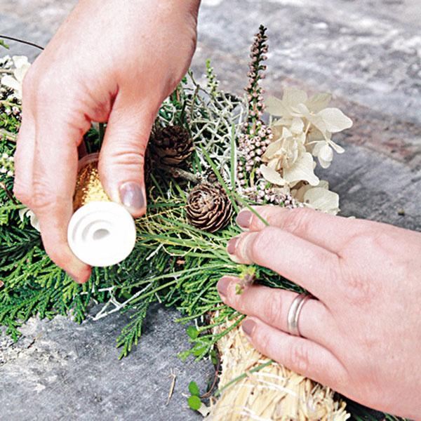 Na slamený korpus postupne priložte viazaničky zelene aoviňte ich drôtom.