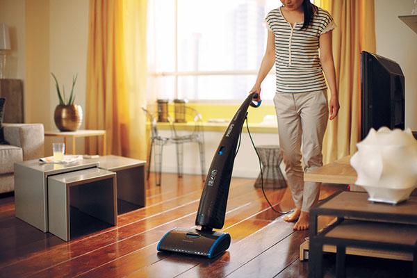 Vysáva, umýva, suší jedným ťahom. Philips AquaTrio Pro FC7088 povysáva, umyje pomocou kefiek zmikrovlákna avysuší pevné laminátové, keramické aj mramorové podlahy. Na umývanie používa čistú vodu zo zásobníka. 406 €