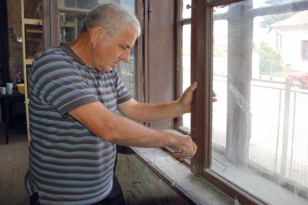 Skontrolujeme, či sa dajú okná otvárať ači niečo nebráni ich ľahkému, jednoznačnému zaisteniu.
