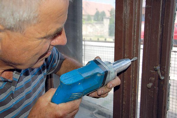 Obrúsime časti, ktoré bránia ľahkému zatváraniu, prípadne opravíme alebo vymeníme zatvárací systém.