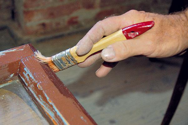 Krídla aj rámy riadne napenetrujeme zriedeným lepidlom na drevo. Penetráciou odstránime aj zvyšky prachu.
