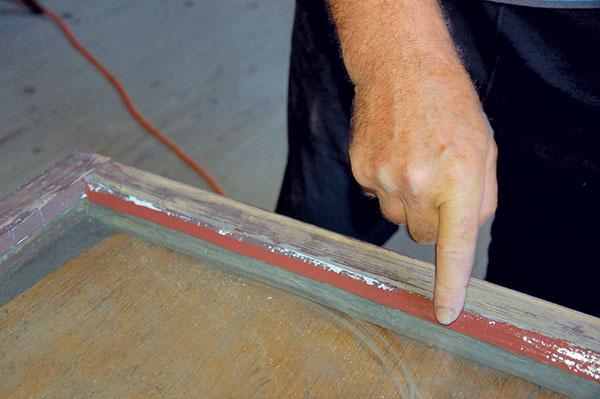 Tmel zahladíme prstom avyformujeme, aby tesnenie priľnulo krámu aj sklu zoboch strán krídla.