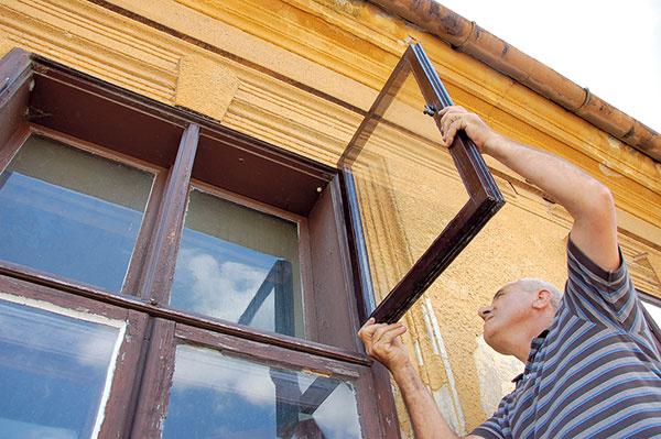 Kovanie spätne namontujeme a okno na niekoľko dní zavesíme, aby nátery a tmel vyschli.