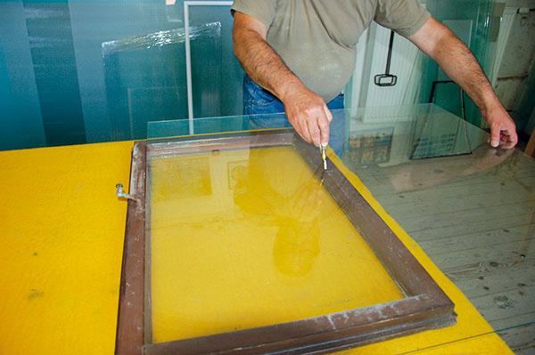 Nové sklo si vyrežeme sami alebo ho dáme vyrezať sklenárovi. Malo by zapadnúť do skosenej časti krídla.