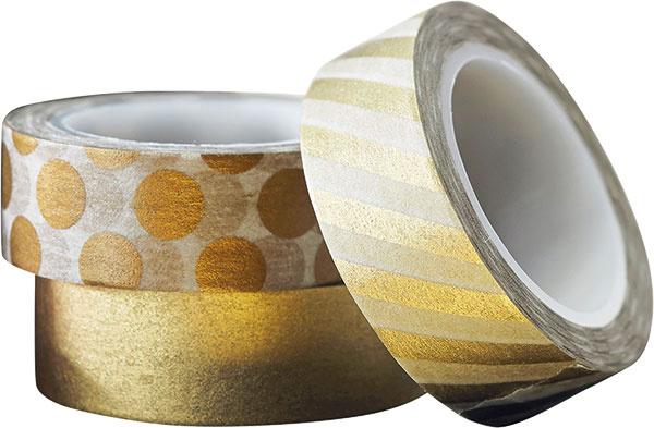 Jednoduchým trikom, ako pomôcť niektorým doplnkom vinteriéri zapadnúť do tohto sviatočného ladenia, sú washi pásky. Kolekcia troch bielo-zlatých kotúčov srôznymi metalickými vzormi, šírka 1,5cm, dĺžka 5 m, 5,06 €, www.gingerray.co.uk