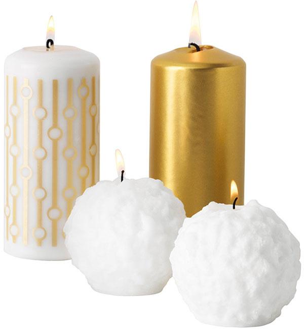 Sviečky VINTERMYS vtvare snehových gúľ, priemer 8 cm, 2,99 €/2 ks, vysoké so zlatým vzorom, priemer 7 cm, výška 15 cm, 1,99 €/1 ks, IKEA