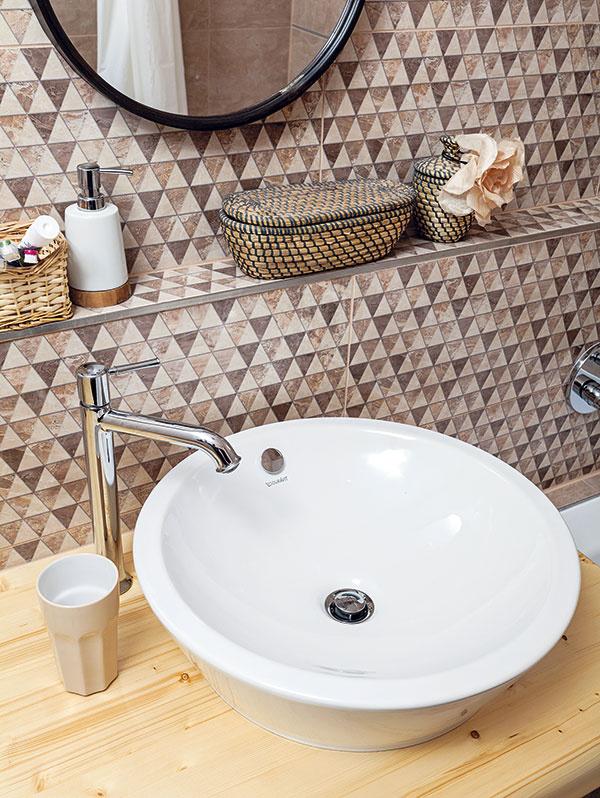 Sen ookrúhlom umývadle len tak stojacom na drevenej skrinke si manželia konečne splnili. Nadčasový vynález sa dostane pod kožu každej kúpeľni avkaždej vyzerá inak. Všetko závisí od dosky, na ktorej umývadlo stojí, aaj od celkového konceptu kúpeľne. Nemôžete ním nič pokaziť, nech ho umiestnite kdekoľvek.