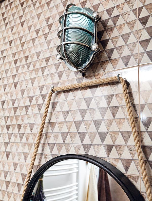 Kovové svietidlo určené do vonkajších priestorov bude ideálne aj dokúpeľne. Zrkadlu visiacemu na lane vytvára svetelný podmaz.