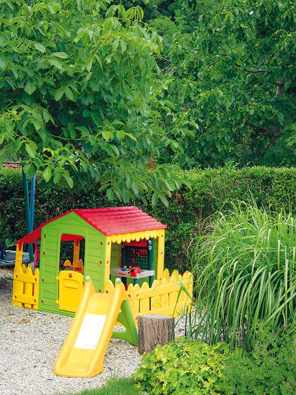 Deti majú vzáhrade ozajstný raj na zemi. Na jej konci sa nachádza domček na hranie, ktorý dopĺňajú preliezačky aobľúbená trampolína.