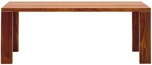 Priamočiary model Bloque vymyslel dizajnér Peter Joebsch s cieľom dômyselne riešiť konštrukčnú stabilitu. V prípade masívneho dreva je nutné zohľadniť nepatrné pohyby vznikajúce pri jeho používaní, starnutí a vysúšaní. Aby sa na doske stola neobjavili trhliny, sú jednotlivé laminované fošne spevnené vnútornou kovovou výstuhou. Kovový je tiež detail styku nôh, ktorý má okrem spevnenia aj estetický účel. Od 2 076 €, ZEITRAUM