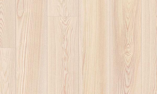 Jaseňové drevo sjemnou kresbou afarebným odtieňom.