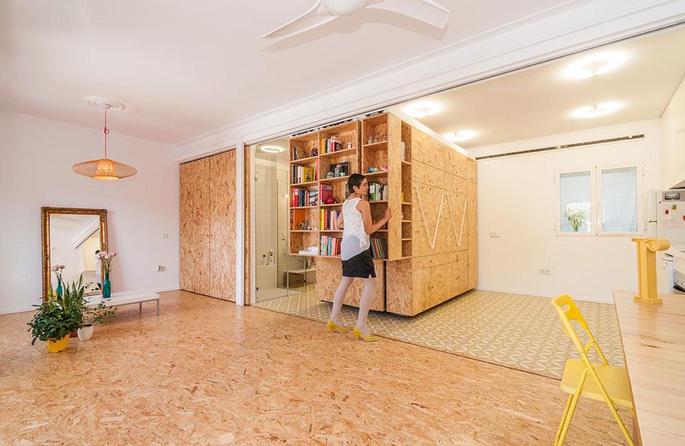 Celý posuvný nábytkový systém je vyrobený na mieru z drevotrieskových dosiek, ktoré dodávajú interiéru útulný ráz.