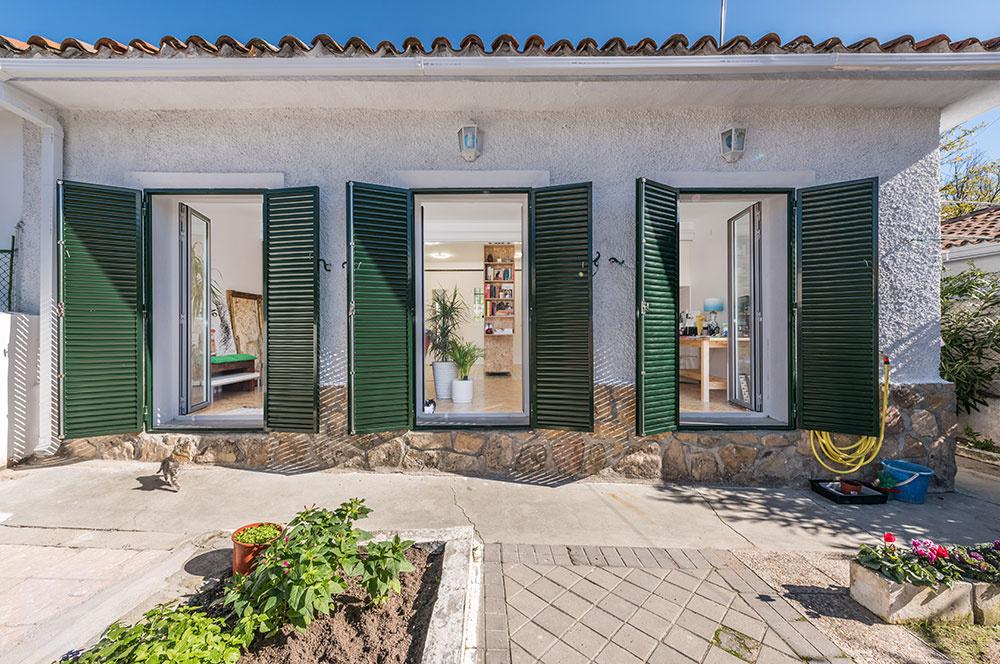 Tento nie veľmi priestranný jednopodlažný dom sa nachádza v pokojnej obytnej štvrti na severe Madridu. Menší vnútorní priestor kompenzuje veľkorysá záhrada za domom, čo je v teplom španielskom podnebí viac než príjemné.