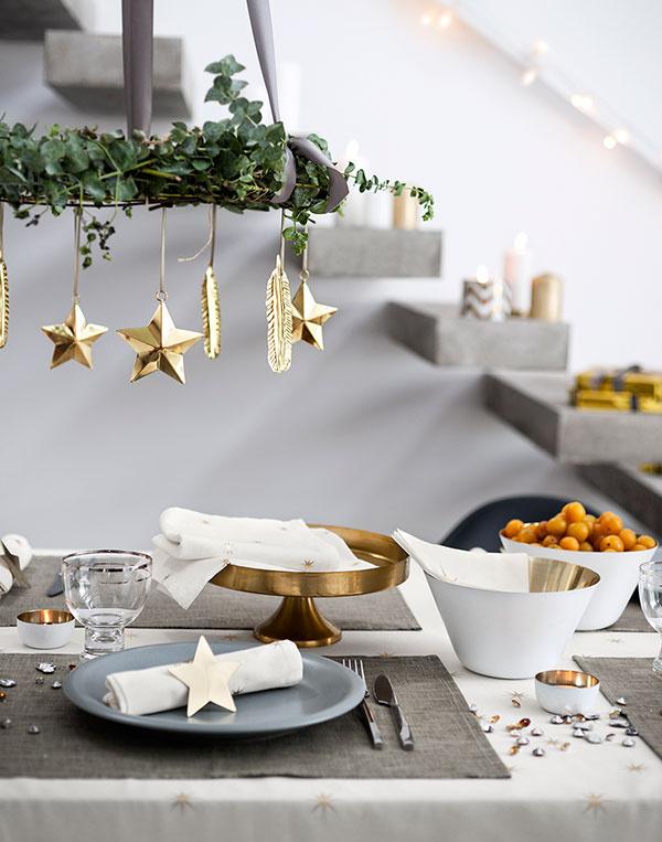 """Unás, uvás, ukohokoľvek. Prvky tohto vianočného štýlu nájdu pochopenie aj vtunajších interiéroch. Nezabúdajte na """"preplnený efekt"""", ktorý ich robí tým, čím sú. Patrí ktomu aj výzdoba stola aschodiska."""
