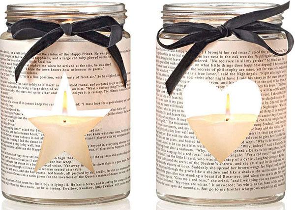 Poetické svietniky zpohárov zdobených novinovým papierom stextami od Oscara Wilda; výška 17 cm, priemer 11 cm, 29,95 €/súprava 2 ks, www.impressionen.de