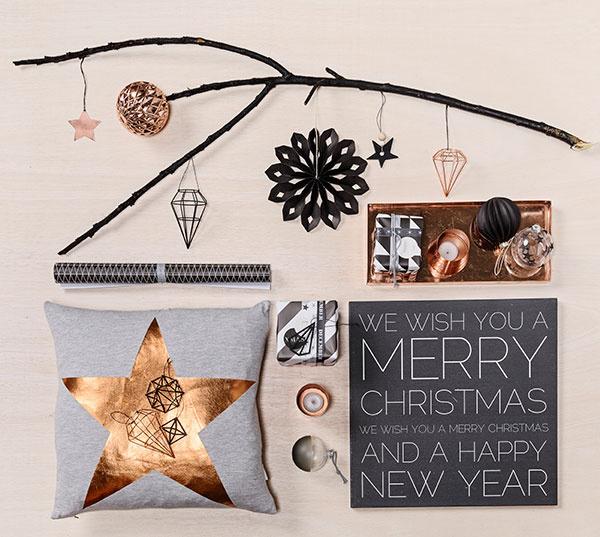 Medený lesk  doplnkov v kombinácii s drevom a čiernou i bielou farbou naladí interiér na vianočnú vlnu v priebehu okamihu. Všetky produkty ponúka v rámci zimnej kolekcie značka Bloomingville.