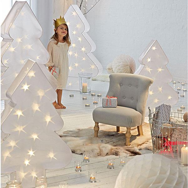 Trblietavá zima. Biele, akoby zasnežené stromy trblietajúce sa LED svetielkami sú bezpečnou alternatívou lampášikov; cena od 99,95 €, www.impressionen.de