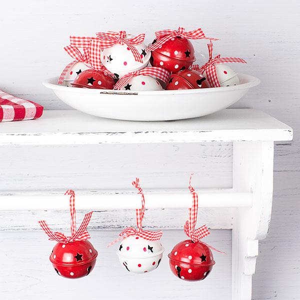 Rolničky zavesené na stužke vianočne ozdobia aj bežnú poličku; Gisela Graham, 13,37 €/súprava 12 ks, www.tch.net