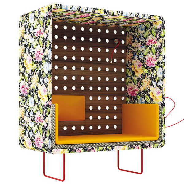 Lola je zhmotnením dievčenských aženských túžob po útulne (ikeď pre mužov je to možno nezmyselný či skôr nepochopiteľný kus nábytku). Získala ocenenie Elle deco international design awards 2011. (materiál: alukompaktná doska, kompaktná doska, čalúnenie, antikoro, LED lampa stextilným káblom)