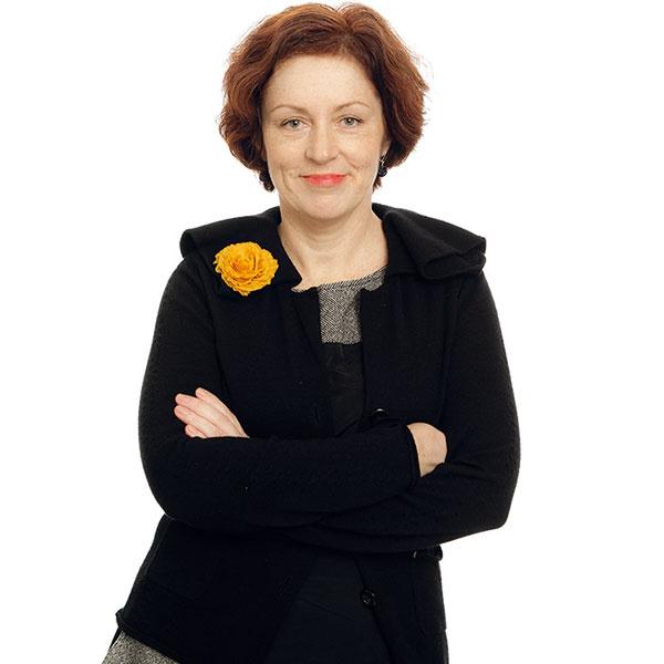Helena Dařbujánová  vyštudovala Fakultu architektúry ČVUT aspočiatku pôsobila ako architektka. Dizajnu sa venuje od roku 2009. Vroku 2012 sa sdámskym budoárom Lola zúčastnila prestížnej parížskej výstavy Maison & Objet v rámci oficiálnej spoločnej expozície Czech Selection. Odvtedy sa sústreďuje najmä na navrhovanie interiérových objektov azačína budovať vlastnú značku Helena Dařbujánová. Jej nábytok sa vyrába manufaktúrne astavia na kvalite poctivej práce českých remeselníkov. V apríli tohto roku otvorila vlastný showroom v Prahe na Letnej.