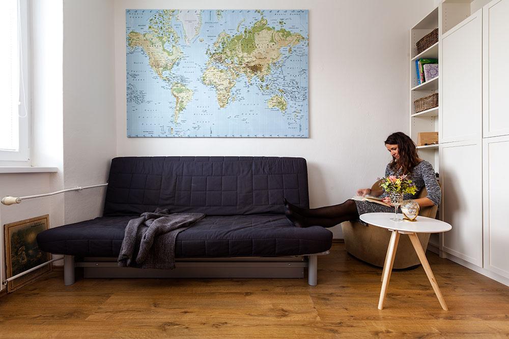 Pohodlné čalúnené kresielko oblých tvarov Lenka využíva najmä pri čítaní kníh či prezeraní máp. Svoje opodstatnenie má aj počas návštev, keď na ňom priateľom a blízkym servíruje kávu alebo čaj.