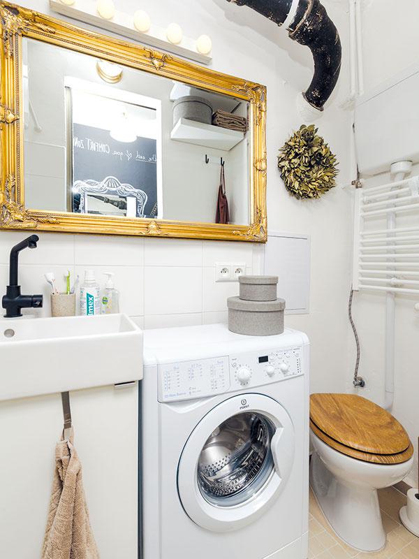 Kúpeľňa je zariadená jednoducho, tak ako zvyšok bytu, dominantné ostáva len zrkadlo so žiarovkami, ktoré odrážajú ženskosť majiteľky.