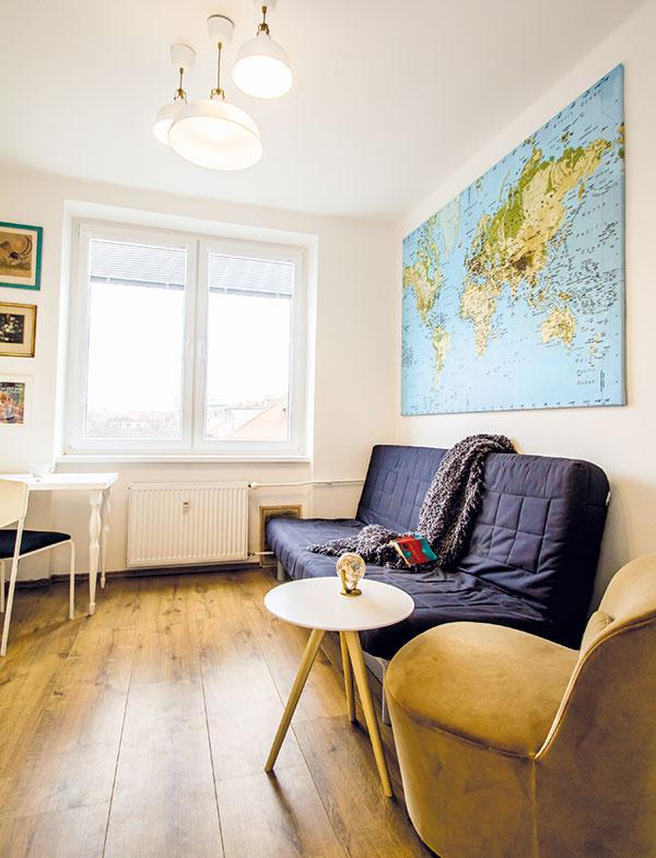 Nástenná mapa nad gaučom/posteľou upúta už pri vstupe do bytu. Vystihuje Lenkinu záľubu vmapách, cestovaní aspoznávaní iných kultúr. Poctivo si do nej značí miesta, ktoré navštívila, asočakávaním hľadá tie, ktoré ju ešte čakajú.