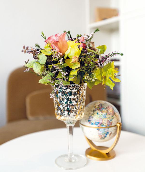 Glóbus je kolaudačný darček od Moniky. Na stolíku má čestné miesto rovnako ako druhá životná záľuba Lenky – kvety.
