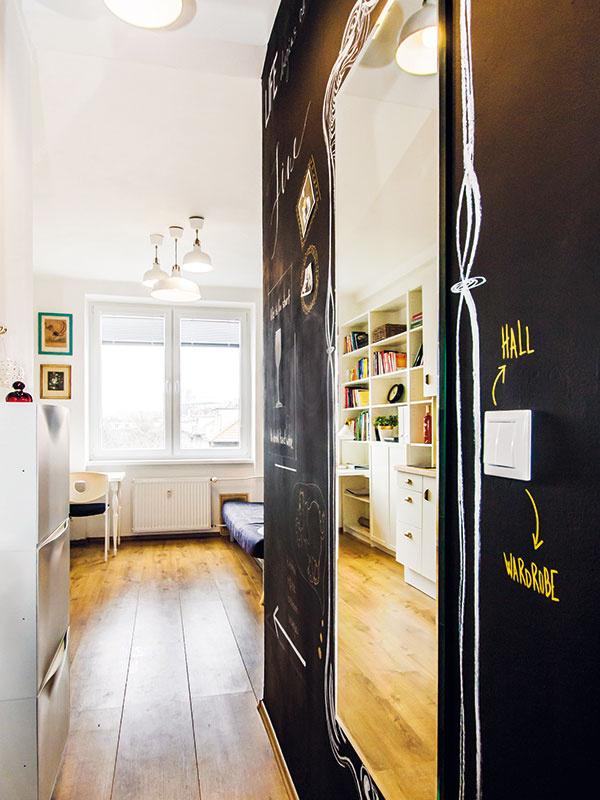 Zariadenie bytu je jednoduché a praktické. Prírodná farba dreva na podlahe doplnená bielou farbou a vkusnými kúskami nábytku prevažne z Ikey pôsobí útulne a vzdušne, čo je pri tejto ploche nesmierne dôležité.