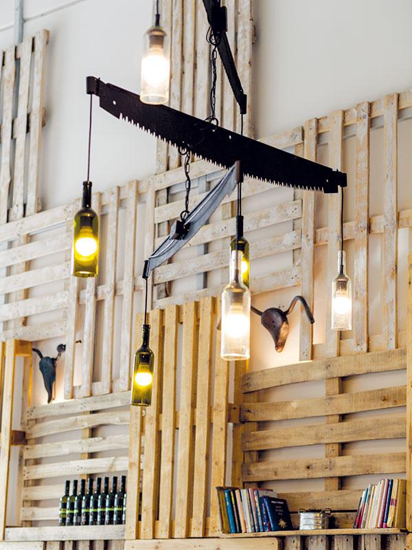 Okrem plastík amasiek, ktoré sú umiestnené po celom priestore, sa dizajnér Michal Staško postaral aj ooriginálne osvetlenie, ktoré spája ručnú pílu na drevo atienidlo zvínových fliaš. Výsledkom je niekoľko veľkých lustrov spríjemným mäkkým teplým svetlom, čo prispieva kšpecifickej atmosfére priestoru.