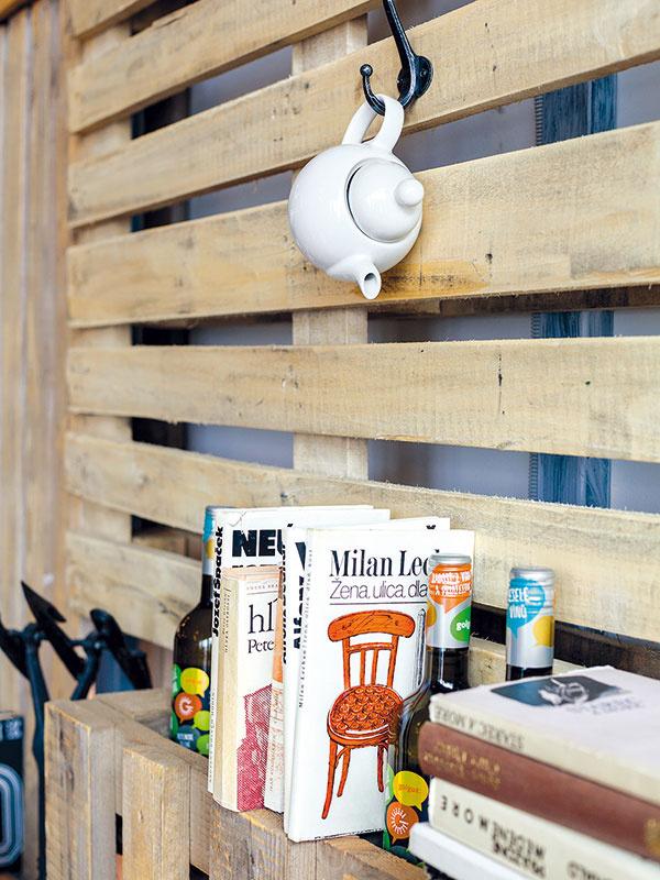 Správnym rozložením paliet na stene vytvoríte police, kde možno umiestniť napríklad knihy čirôzne dekorácie. Na vešiaku nemusia visieť len kabáty, nahradiť ich môže napríklad pekný čajník alebo niekoľko šnúr perál.