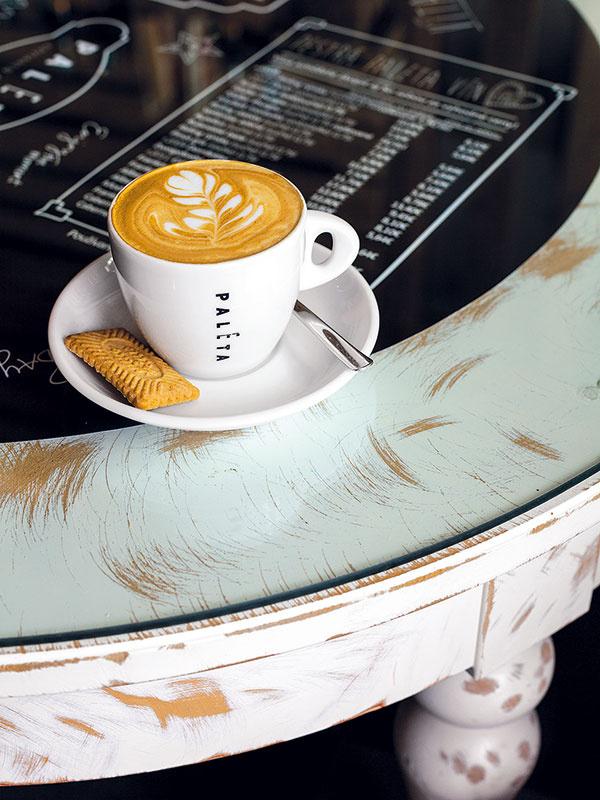 Aby nové stolíky zIkey získali patinovaný retro vzhľad, rozhodli sa ich prebrúsiť. Následne na ne položili sklo, pod ktorým je umiestnené kompletné kaviarenské menu. Podobným nenáročným spôsobom môžete oživiť aj ten svoj vobývacej izbe.