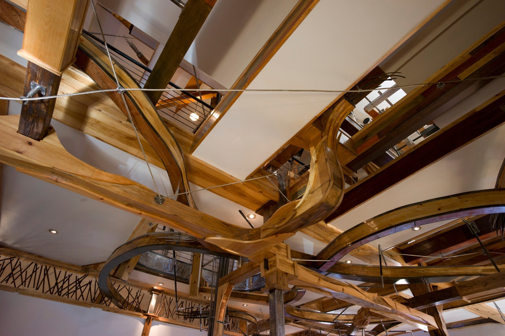"""Ako pavučina sa domom vinú drevené """"chápadlá"""" – od prízemia až po posledné poschodie."""