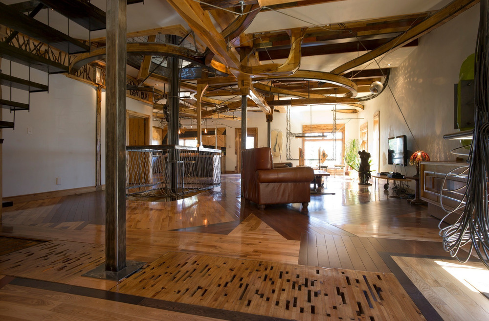 Obývací priestor je vzdušný, zariadený celkom skromne. Na podlahe nájdeme bláznivú mozaiku z najrôznejších druhov dreva.