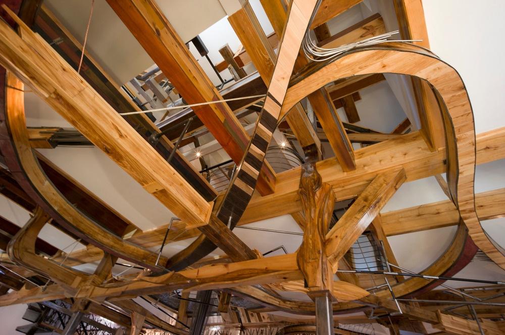 """Láskavá chobotnica, """"strážkyňa"""" domu, vytvorená z dreveného odpadu v množstve rôznych odtieňov."""