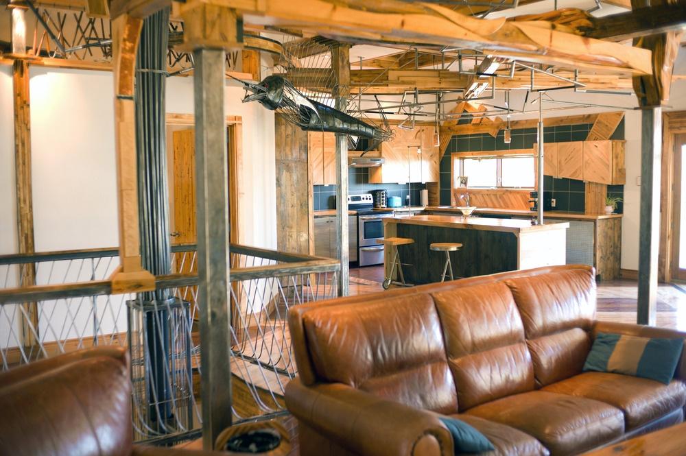 Obývací priestor je spojený s kuchyňou ako v bežnom modernom byte či dome a celok je koncipovaný do tvaru písmena L.
