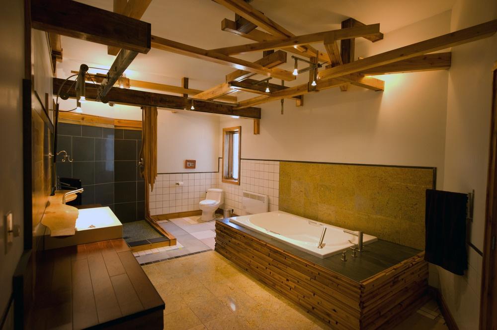 Ani v kúpeľni si nedopustil drevené prvky a mix rôznych druhov keramického obkladu.