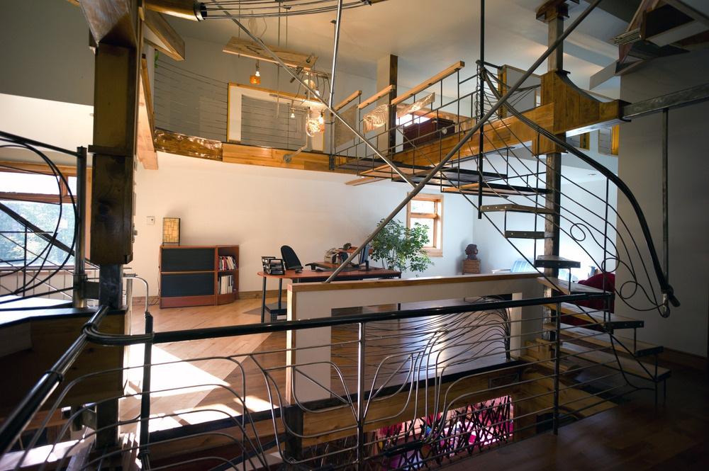 Na najvyšších poschodiach sa nachádzajú pracovňa a spálňa.