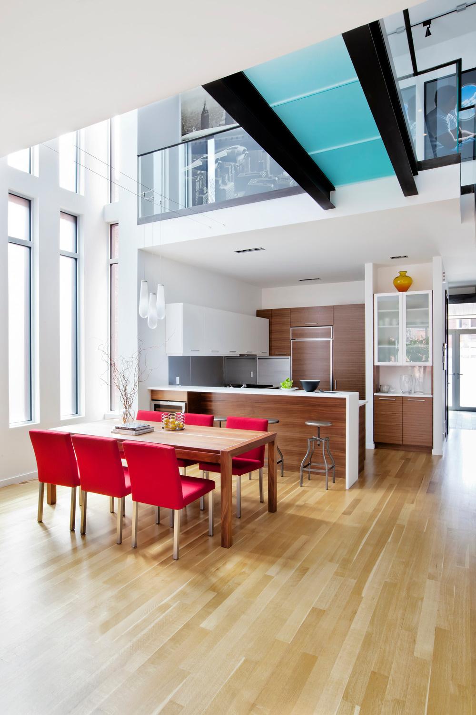 Hneď za zádverím, z ktorého vedú dvere do priľahlej pracovne, sa vstupuje do otvoreného priestoru kuchyne a jedálne…