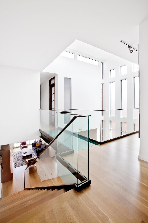 Z obytného podlažia sa po schodoch vystupuje na galérie so spálňami.