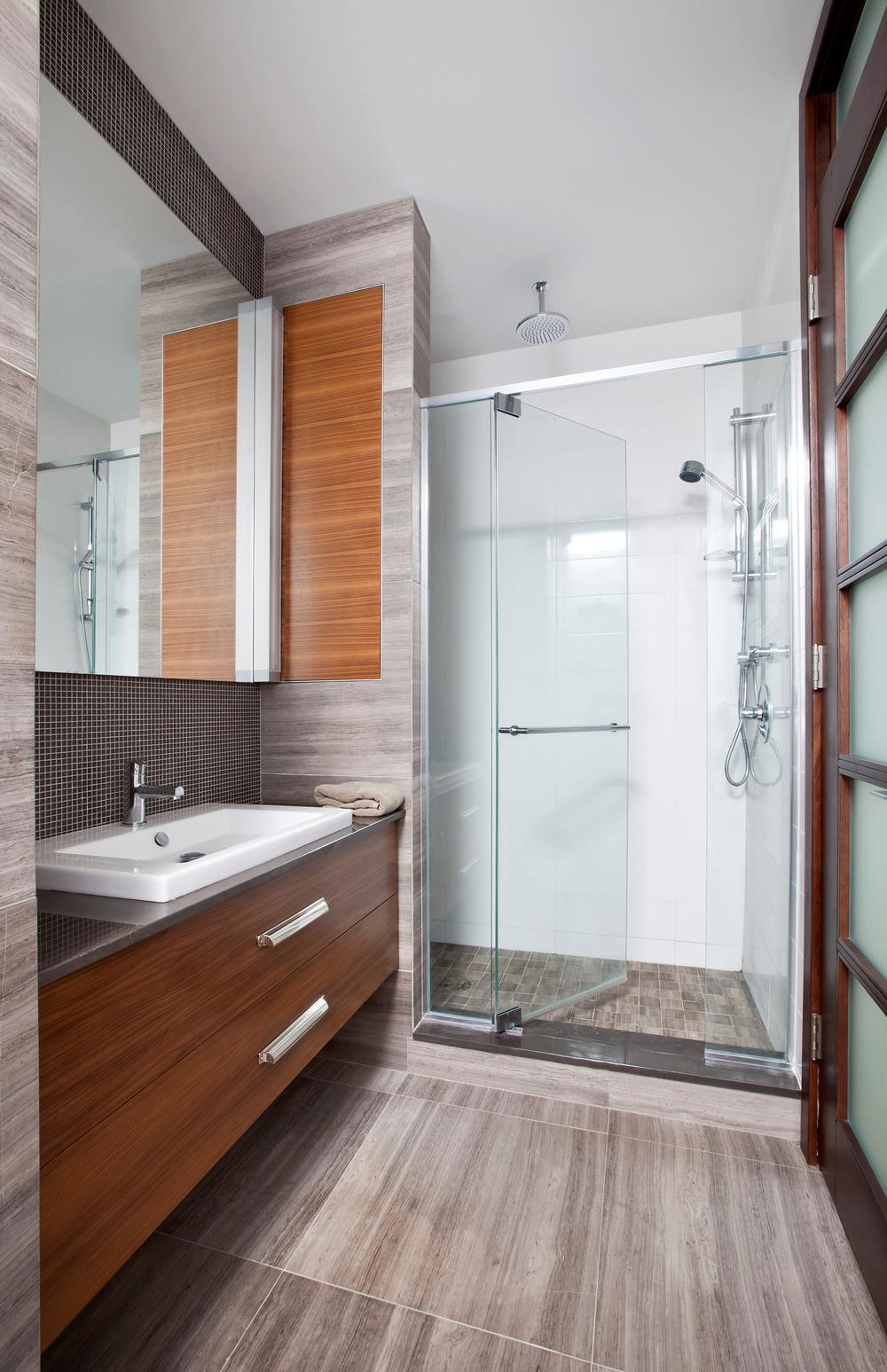 Kúpeľňa ladí s celkovým poňatím domu: jednoduché, funkčné riešenia, tlmené prírodné odtiene, praktické a kvalitné materiály (drevo, kov, sklo).