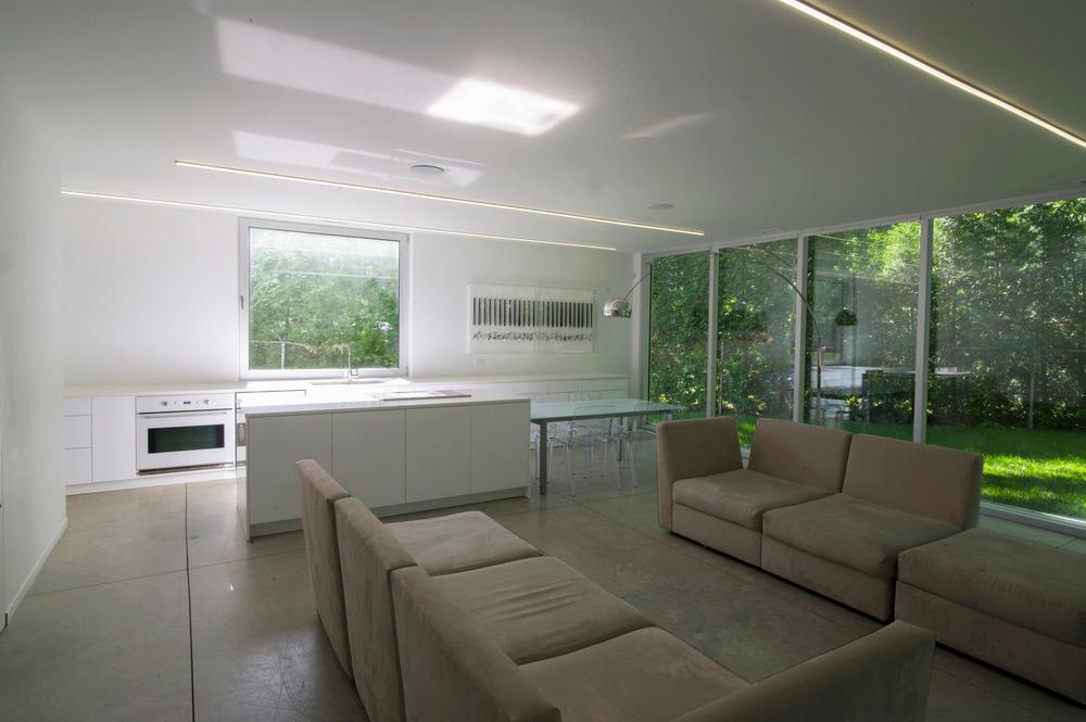 Obytný priestor je zariadený jednoducho a striedmo, a to tak z hľadiska materiálov a farieb, ako aj z pohľadu vybavenia.