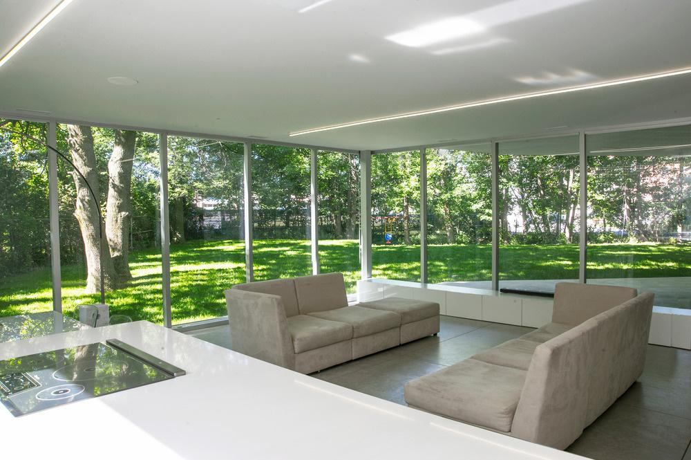 Sedenie v záhrade 27/7 . Pocit absolútnej blízkosti toho, čo je vonku, majitelia zažívajú vždy, keď sedia v spoločnej obytnej  miestnosti.