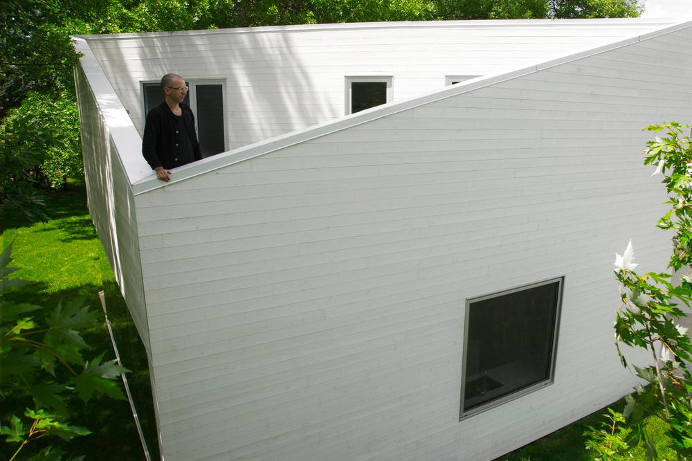 Druhá terasa je prístupná zo spální a vďaka vysokému predelu s obkladom z bielych drevených profilov vytvára súkromný priestor na relaxáciu, opaľovanie alebo pozorovanie nočnej oblohy.