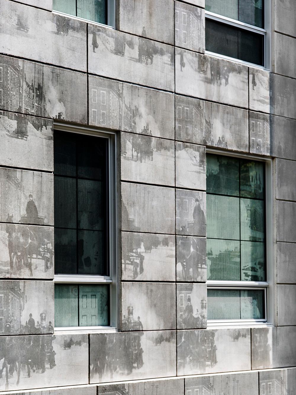 """Vďaka špeciálnej metóde textúrovania betónu je možné na betónovú plochu preniesť aj fotografiu. Zaujímavé použitie tejto technológie vtislo inak hrubému a """"brutálnemu"""" materiálu hravý a flexibilný charakter."""